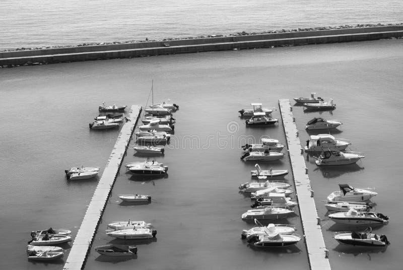 Туристские шлюпки выровнялись вверх вдоль набережных Марины на Adri стоковые изображения