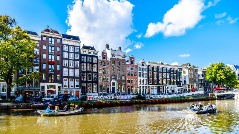 Туристские шлюпки канала причаливая на доме Анны Франк на принце Канале Prinsengracht в районе Jordaan в Амстердаме стоковые изображения rf