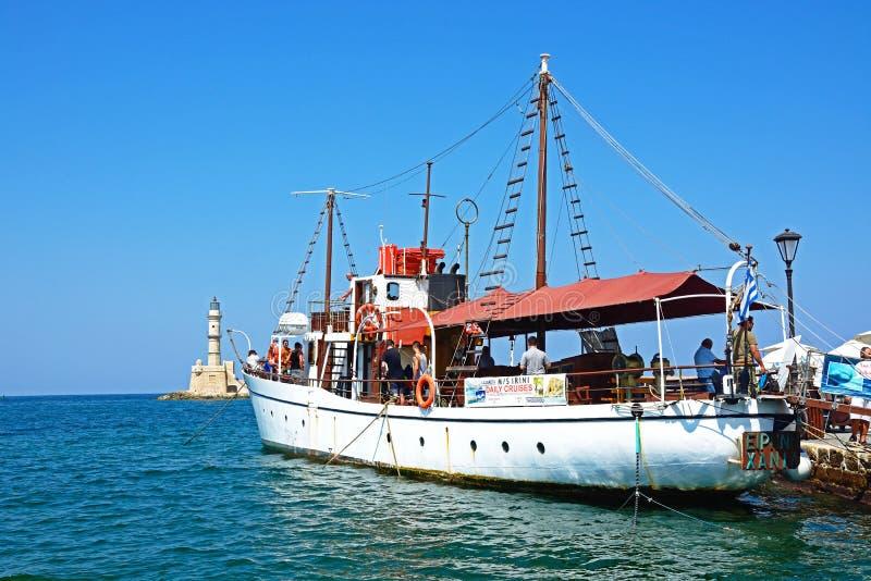 Туристские шлюпка путешествия и маяк, Chania стоковые изображения rf