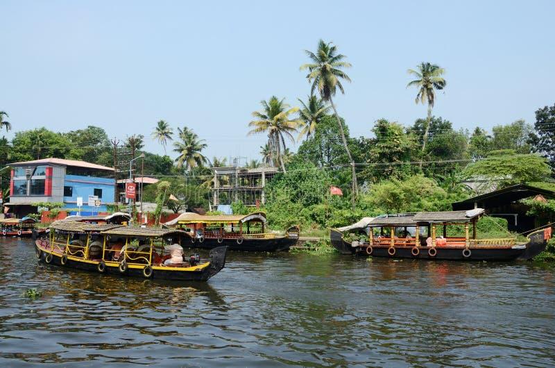 Туристские шлюпки на подпорах Кералы, побережье Malabar, Индии стоковое изображение rf
