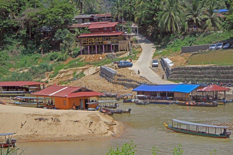 Туристские шлюпки на реке Tembeling в национальном парке Taman Negara стоковые фотографии rf
