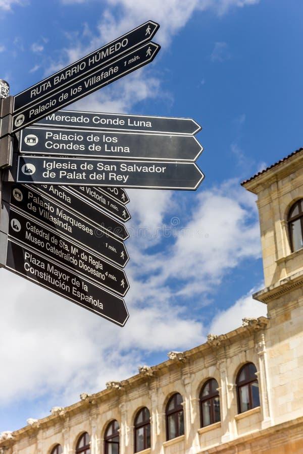 Туристский знак на квадрате Сан Marcelo площади в Леоне стоковые фотографии rf