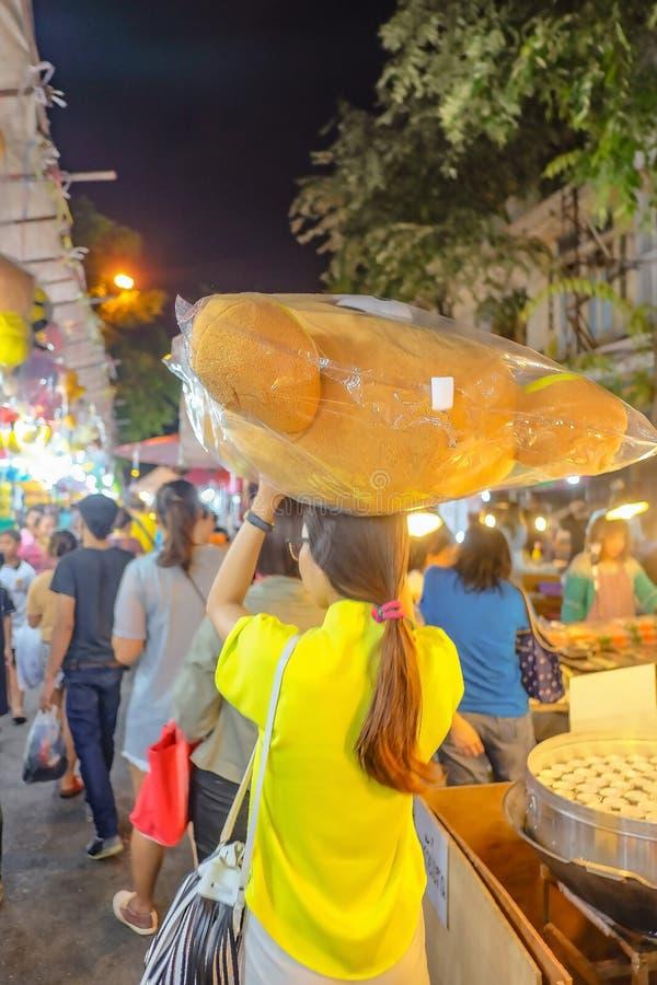 """Туристский идти и снести большую плюшевый мишку в """"ярмарке виска Loi Krathong """"Wat Saket стоковая фотография"""