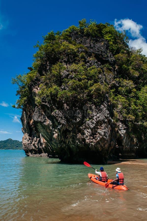 Туристский каякинг исследует остров утеса Krabi - Таиланд стоковое изображение