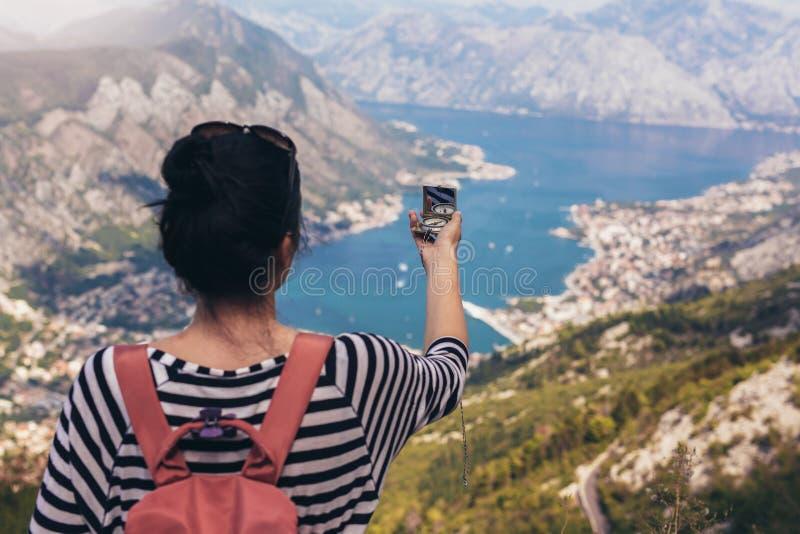 Туристский компас владением на отключении, приключение концепции образа жизни, стоковое фото rf