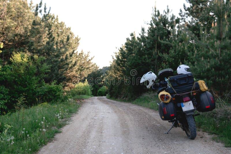 Туристский мотоцикл с бортовыми сумками advetnture enduro, космос для текста, летнего дня Экспедиция приключения, исследует, гряз стоковые фото