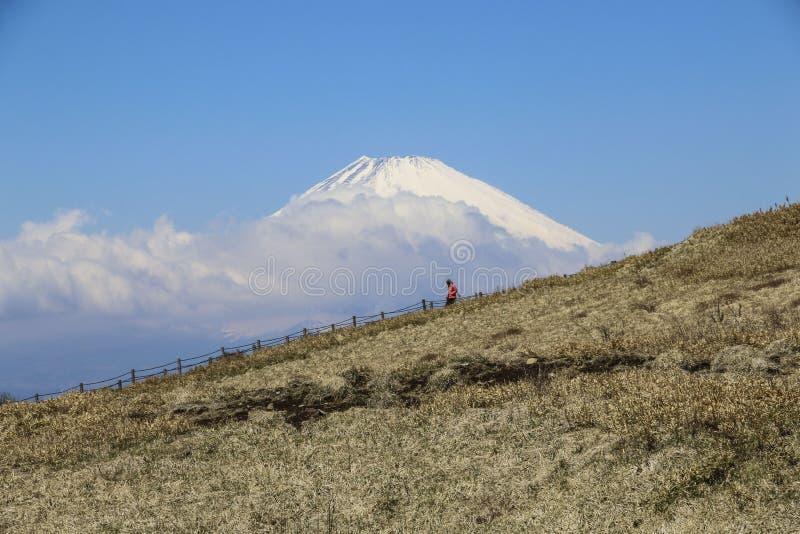 Туристский приходя спуск от горы Komagatake на красивом виде предпосылки в стоковое фото