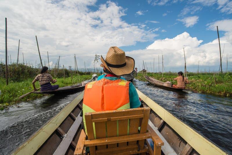 Туристский путешествовать в озере Inle шлюпкой стоковые изображения