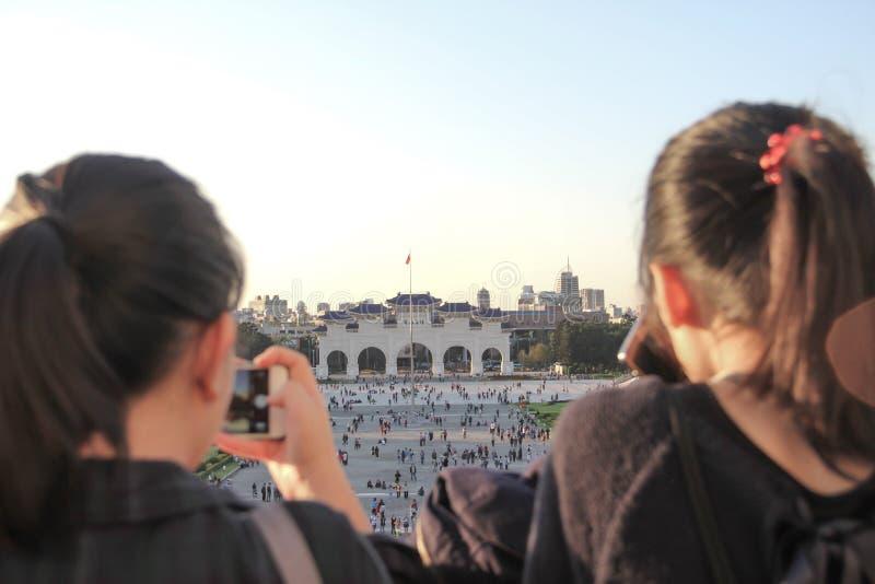 Туристский сфотографируйте от вершины залы Jiang Kai Shek мемориальной стоковое фото