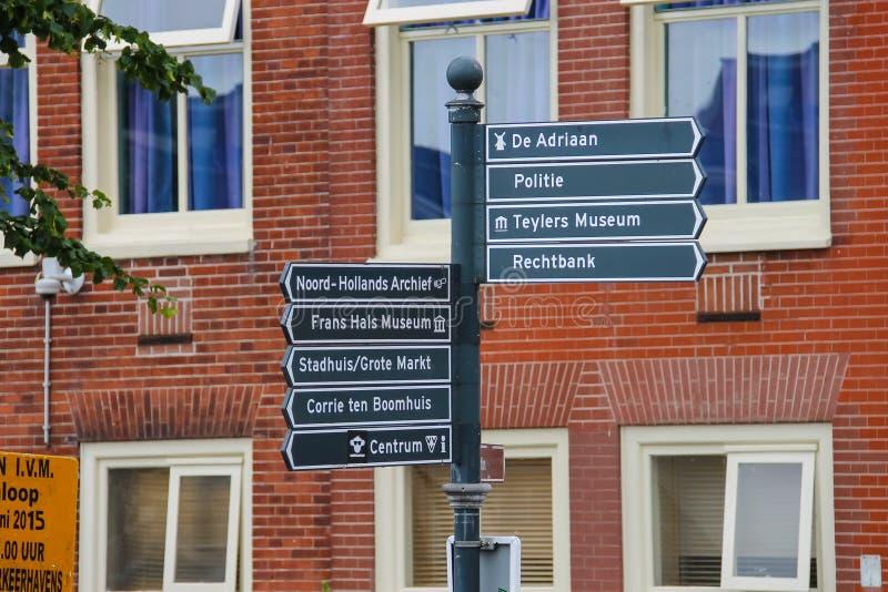 Туристский указатель на перекрестках в Гарлеме, Нидерландах стоковые фото