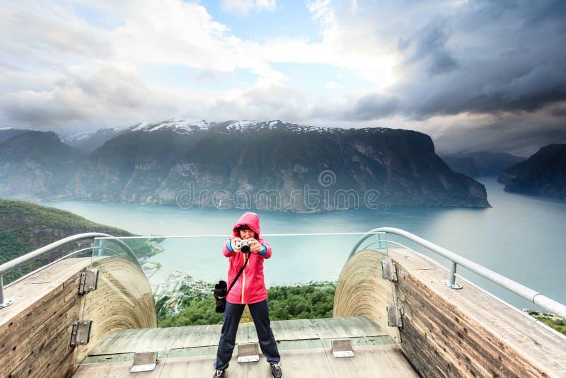Туристский фотограф с камерой на бдительности Stegastein, Норвегии стоковое изображение rf