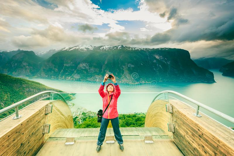 Туристский фотограф с камерой на бдительности Stegastein, Норвегии стоковое фото