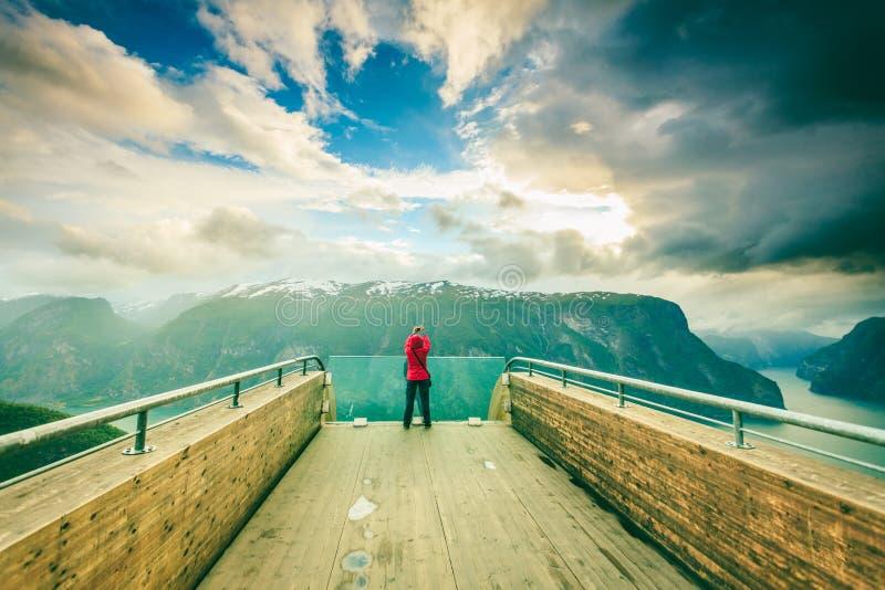 Туристский фотограф с камерой на бдительности Stegastein, Норвегии стоковая фотография