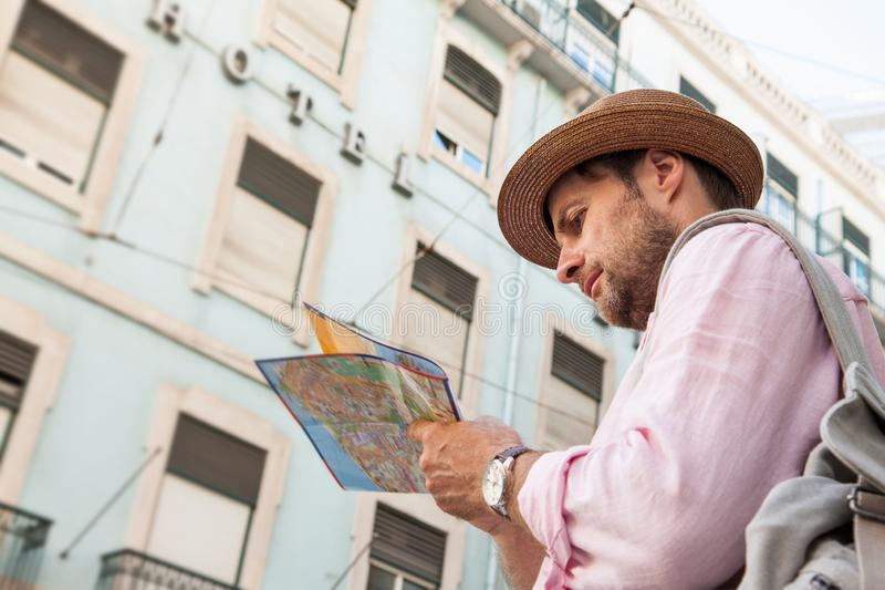 Туристский человек смотря карту города - путешествовать летнего отпуска стоковое фото rf