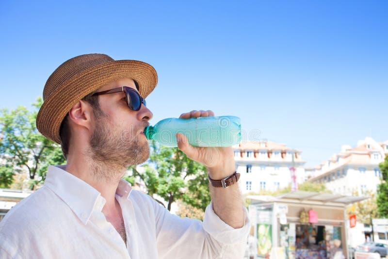 Туристский человек смотря карту города - путешествовать летнего отпуска стоковое изображение rf