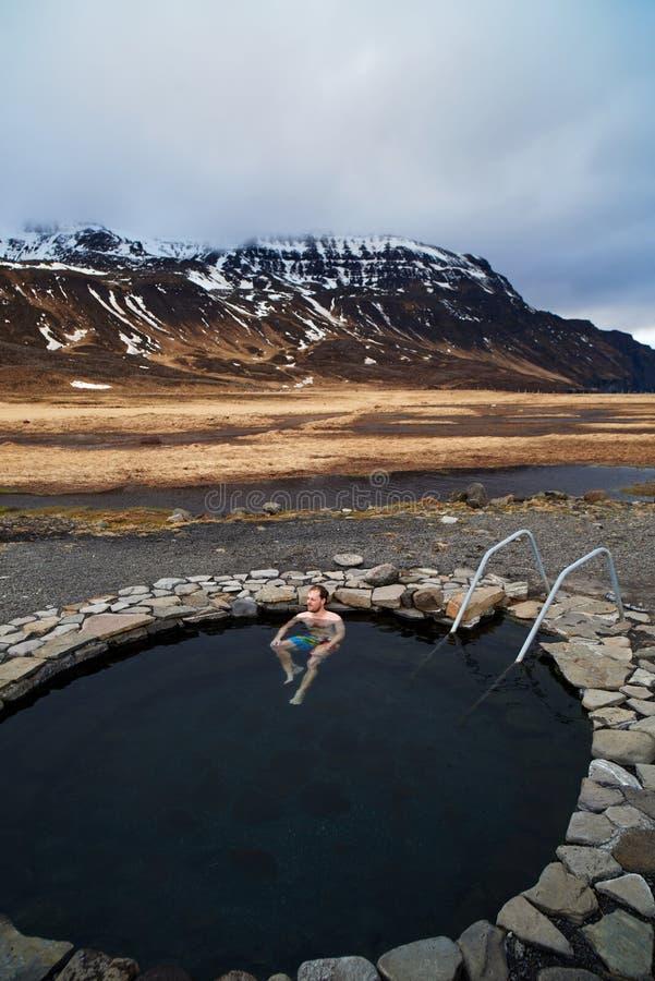 Туристский человек путешественника выдерживая в естественном горячем источнике в Исландии стоковое изображение rf