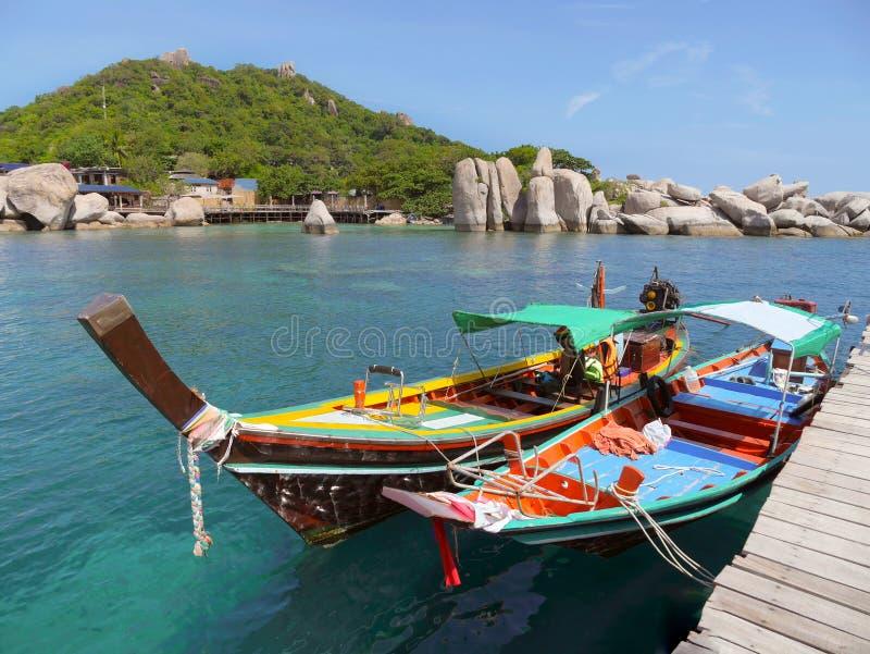 2 туристских шлюпки на пристани на солнечный день стоковые изображения rf