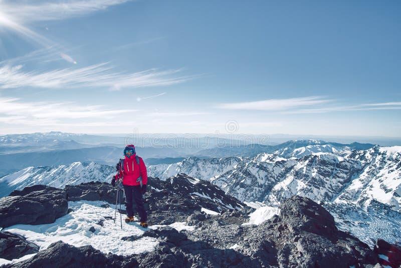 Туристское положение девушки над пейзажем гор атласа стоковые изображения