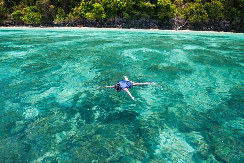 Download Туристское подныривание в море Стоковое Фото - изображение насчитывающей море, спокойствие: 40582540