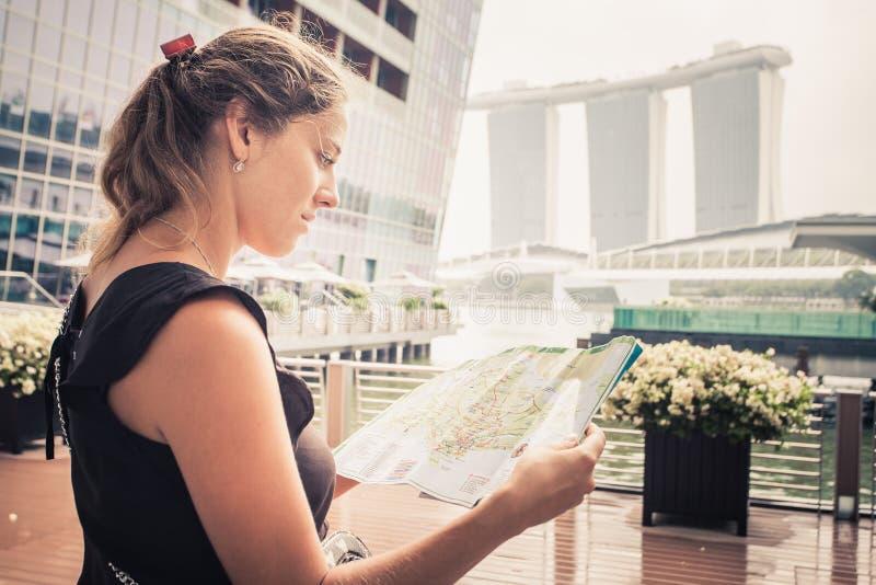 Туристское приключение с картой стоковые фотографии rf