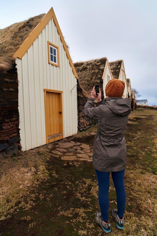 Туристское принимая изображение исторического сельского дома стоковые изображения