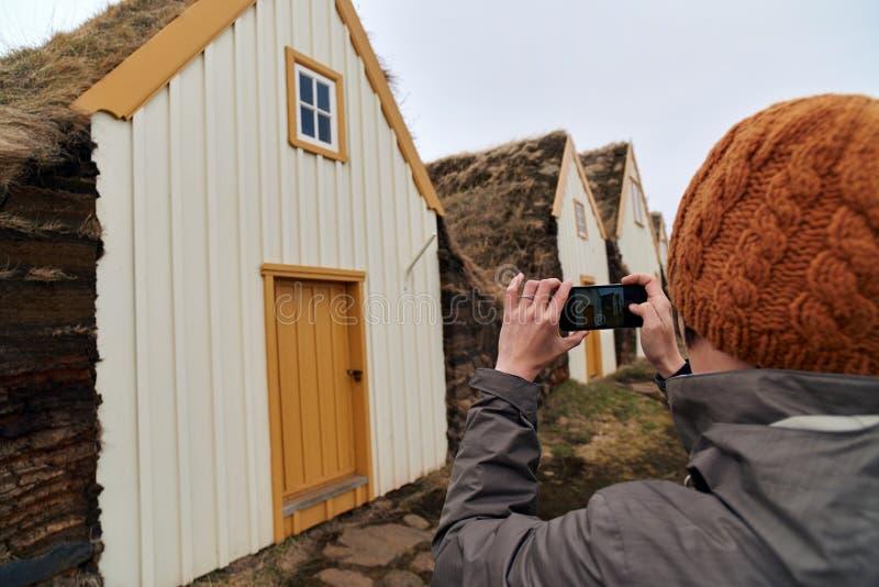 Туристское принимая изображение исторического сельского дома стоковые фотографии rf