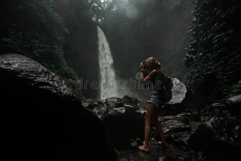 Туристское принимая фото водопада стоковые изображения