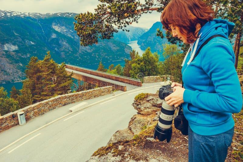 Туристское принимая фото от точки зрения Норвегии Stegastein стоковая фотография rf