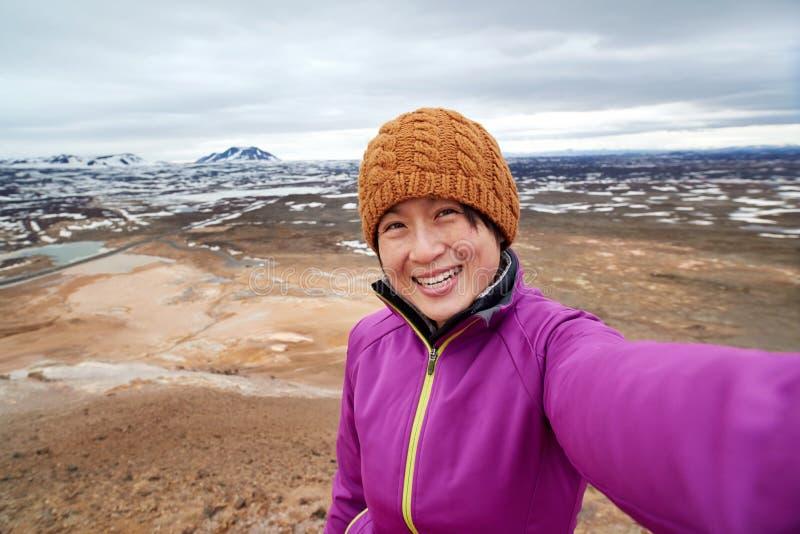 Туристское selfie с предпосылкой ландшафта стоковое изображение rf