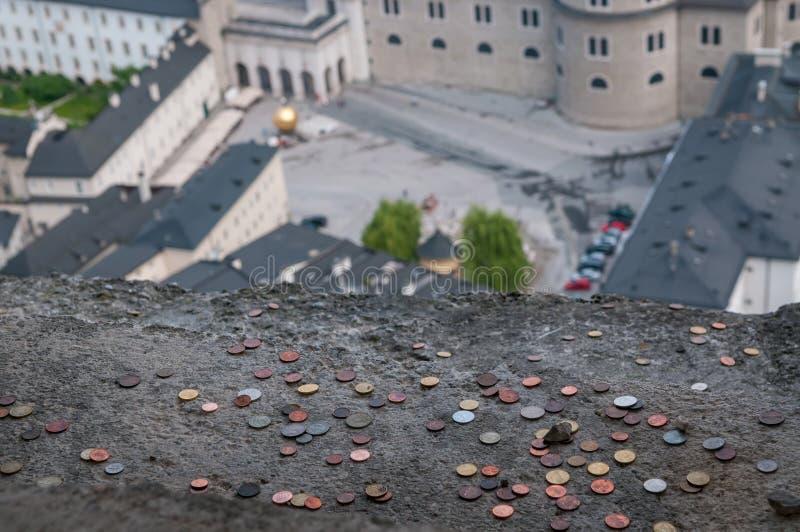 Туристы бросают много удачливых монеток к балкону крепости Зальцбурга стоковые фото