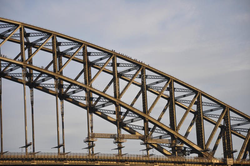 Туристы взбираются вниз от верхней части моста гавани Сиднея стоковая фотография rf