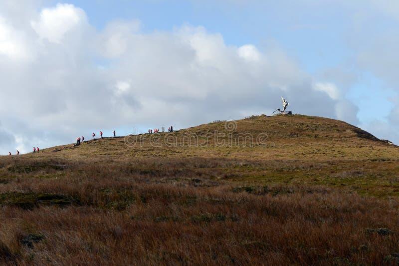 Туристы взбираются к памятнику альбатроса на накидке стоковое изображение