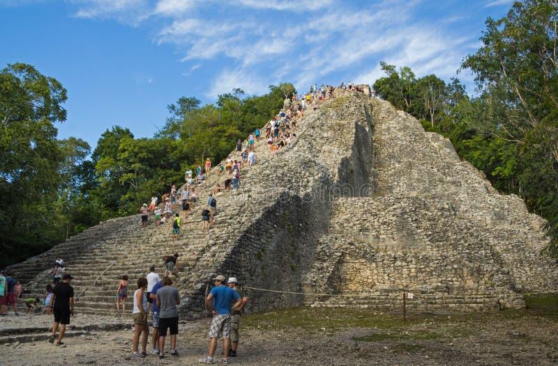 Туристы взбираются на самой высокой пирамиде Юкатана стоковые изображения