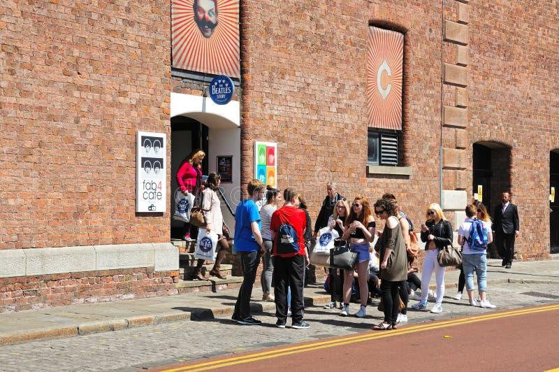 Туристы вне здания рассказа Beatles стоковые фотографии rf