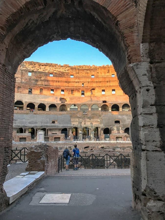 Туристы внутри Colosseum, осмотренного через свод, Рим, Италия стоковое изображение rf