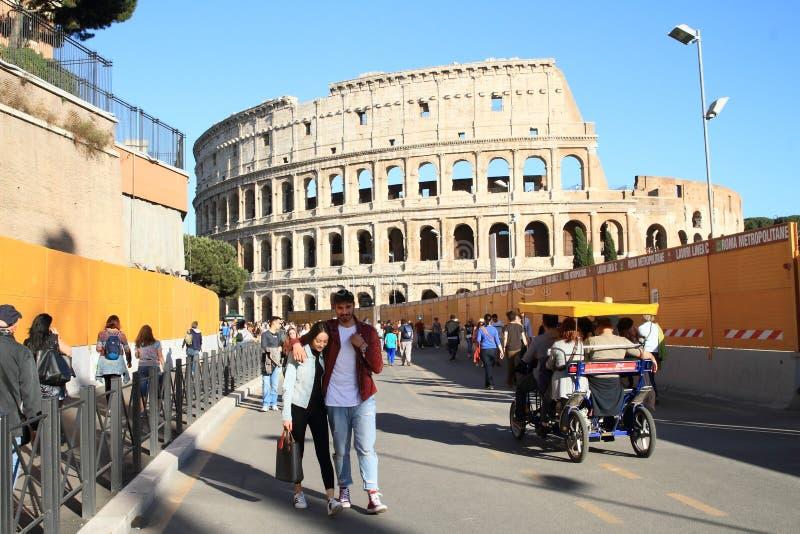 Туристы вокруг Colosseum стоковые фото