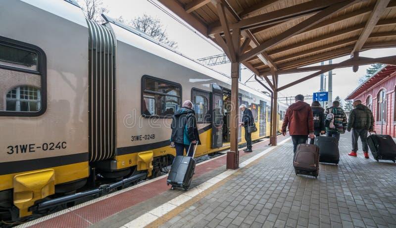 Туристы всходя на борт поезда стоковые изображения rf
