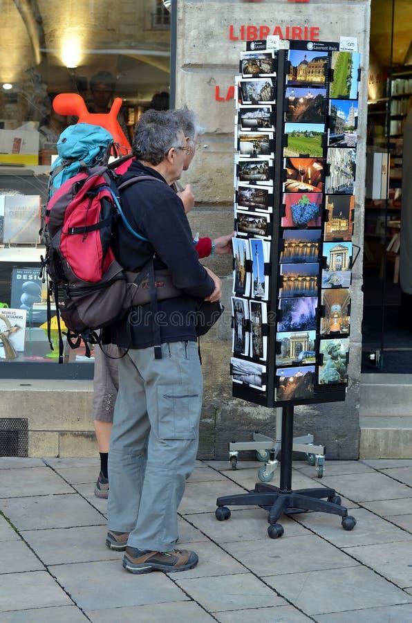 Туристы выбирают карточки в Бордо стоковые фото