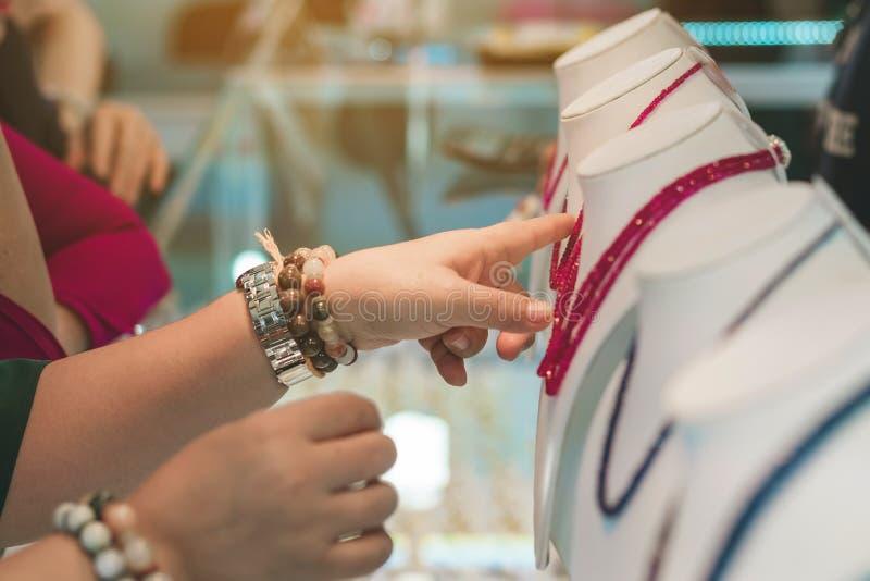 Туристы выбирают купить ювелирные изделия от драгоценных камней стоковые изображения