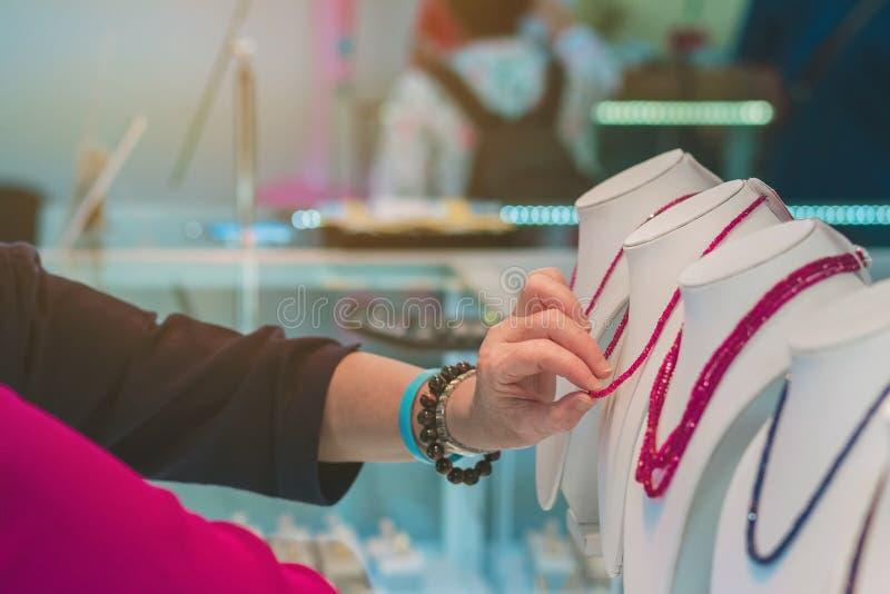 Туристы выбирают купить ювелирные изделия от драгоценных камней стоковые фотографии rf