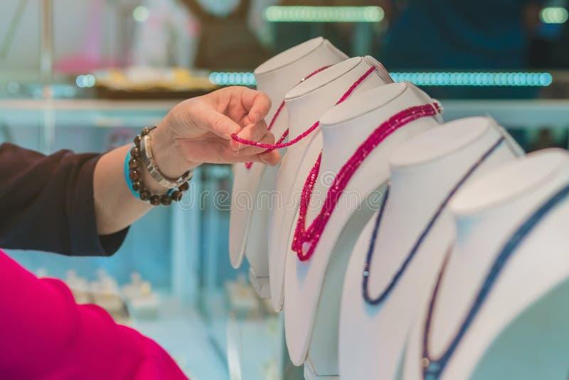 Туристы выбирают купить ювелирные изделия от драгоценных камней стоковая фотография rf