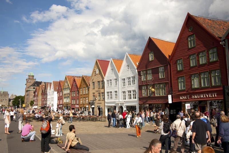 Туристы в Берген Норвегии стоковые фотографии rf