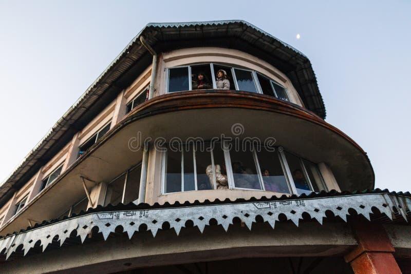 Туристы в здании видят первый свет в рассвете дня ` s Нового Года от окна на холме тигра, Darjeeling Индия стоковые изображения rf