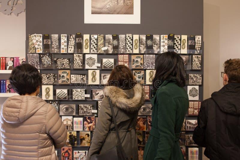 Туристы в магазине сувениров в Риме стоковые изображения