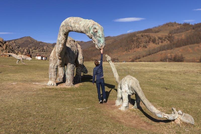 Туристы в долине национального парка Gorkhi-Terelj динозавров, стоковое изображение