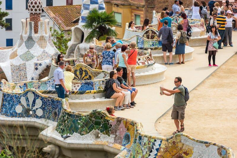 Туристы в парке Guell, Барселоне, Испании стоковая фотография rf