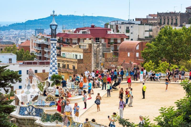 Туристы в парке Guell, Барселоне, Испании стоковые изображения