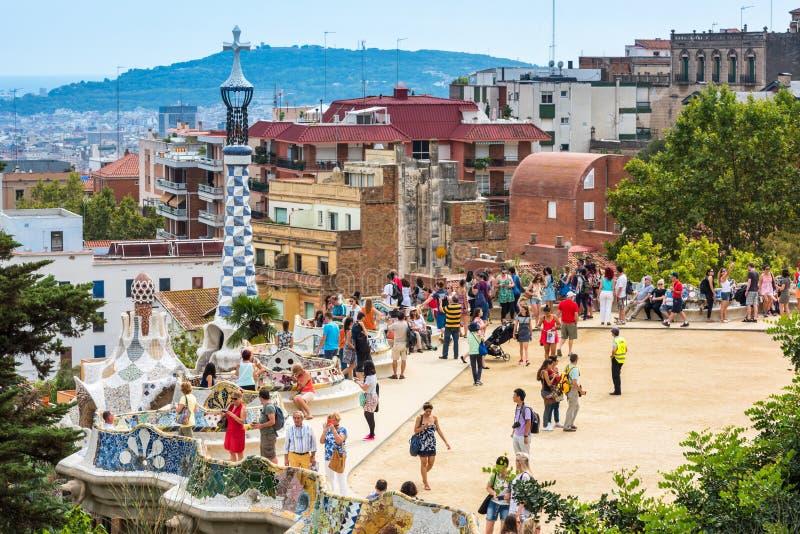 Туристы в парке Guell, Барселоне, Испании стоковое фото rf