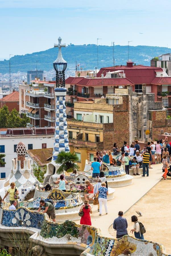 Туристы в парке Guell, Барселоне, Испании стоковая фотография