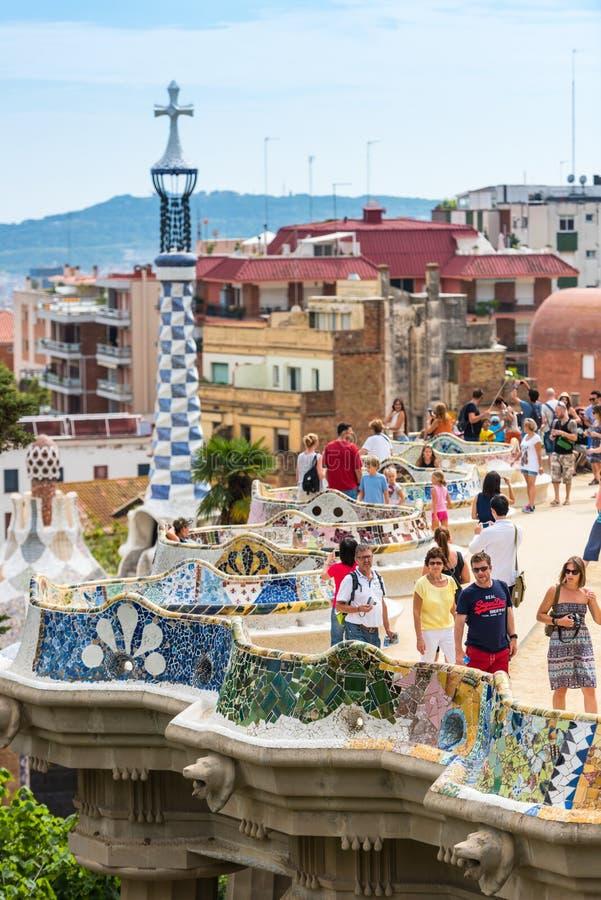 Туристы в парке Guell, Барселоне, Испании стоковые фото